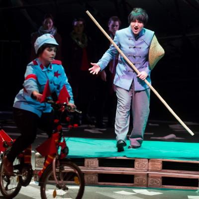 Wu | Kommilitonen! | Peter Maxwell Davies | Zhou: Naroa Intxausti | Stadttheater Gießen | Foto: Rolf K. Wegst | 2013